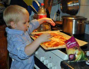 Alvin bakar pizza hos farmor
